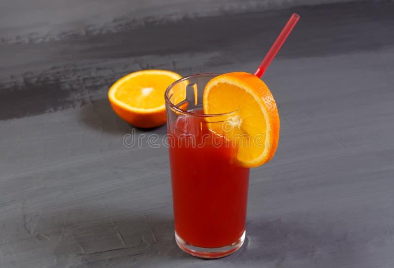 Стекло свежего алкогольного напитка или красного сока от апельсинов и gra стоковые изображения rf