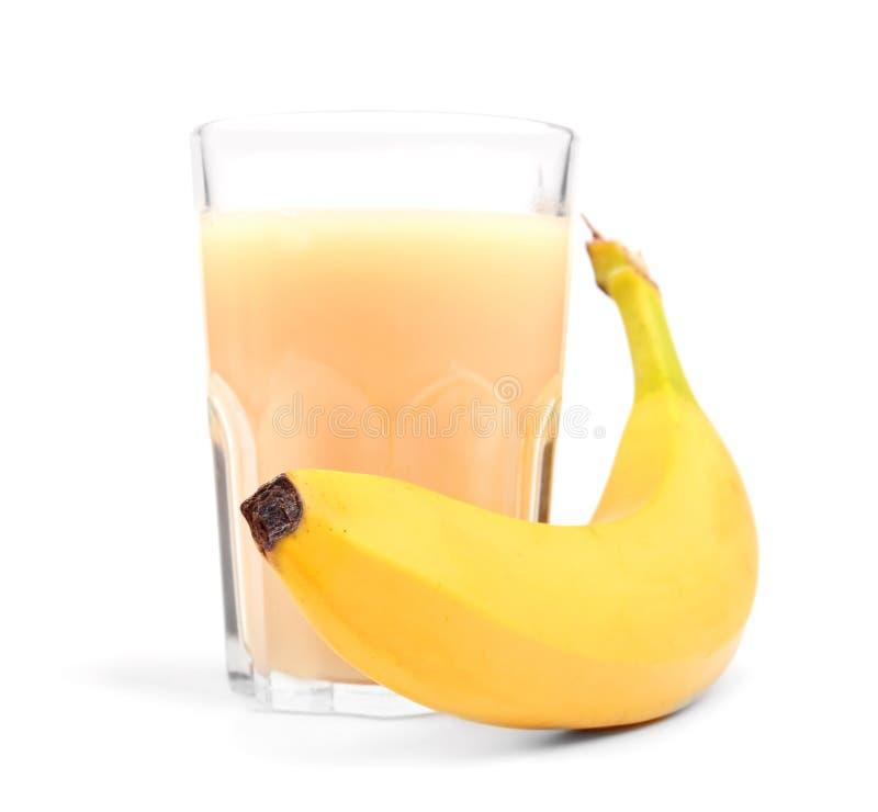 Стекло свежего сока банана, на белой предпосылке Питье банана лета fruits тропическо Свежий вкусный smoothie банана стоковые фотографии rf