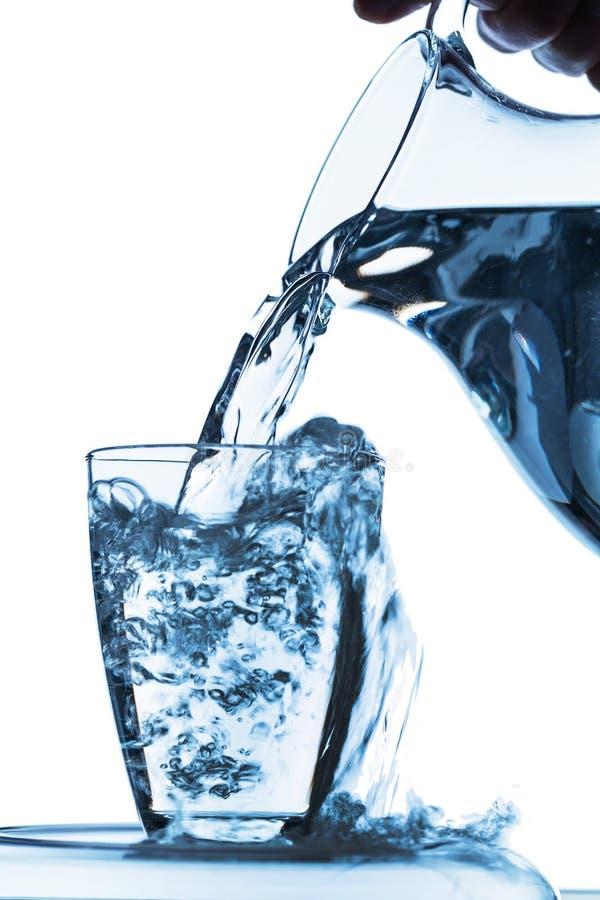 Стекло с водой и кувшином стоковая фотография rf