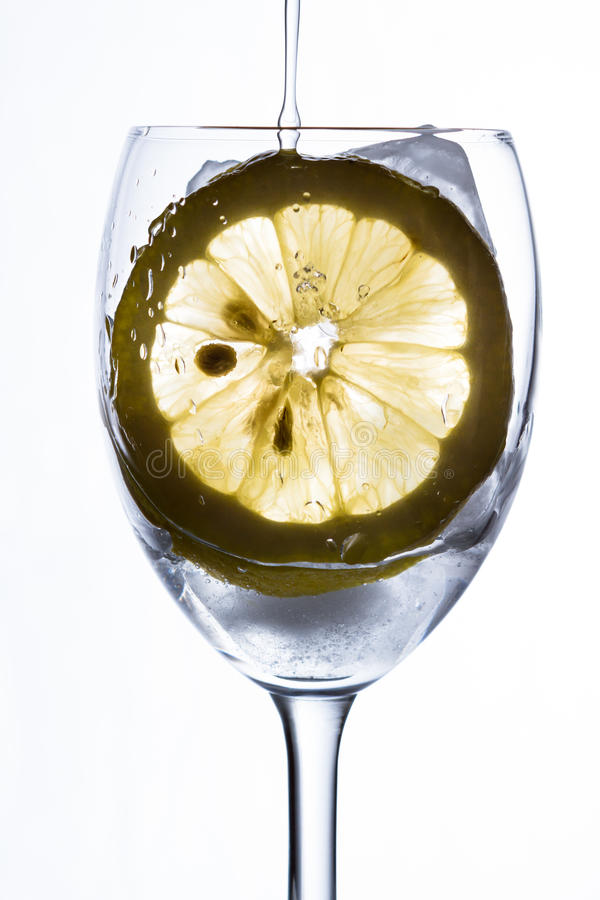 Стекло с водой, льдом и лимоном стоковые изображения rf