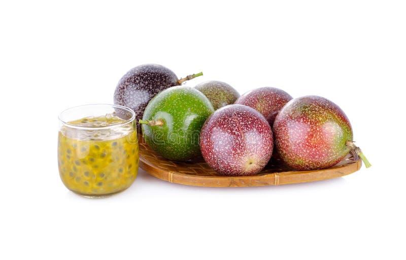 Стекло фруктового сока маракуйи с всей маракуйей в baske стоковое изображение rf