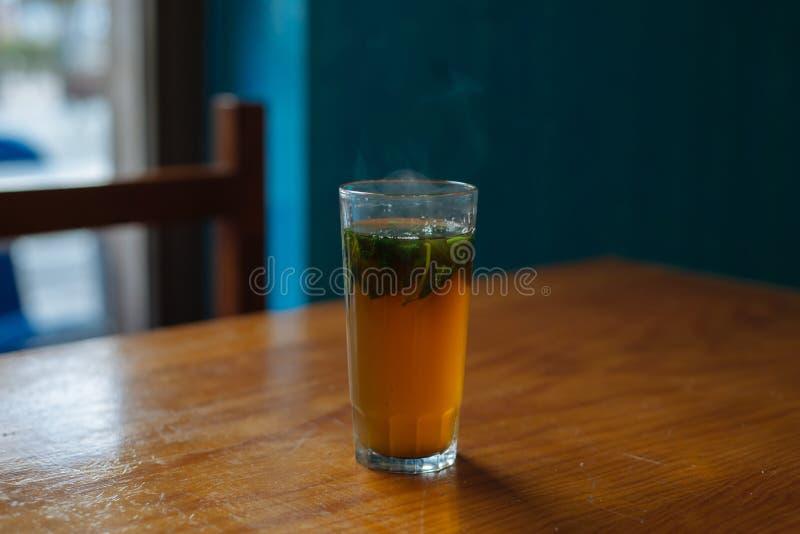Стекло чая мяты на таблице стоковое изображение rf