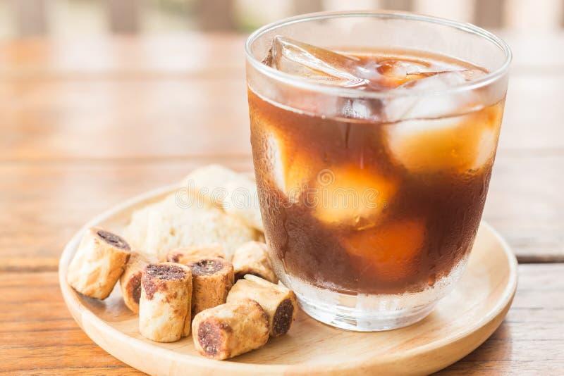 Стекло черного замороженного кофе с некоторой закуской стоковая фотография