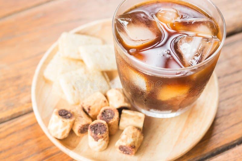 Стекло черного замороженного кофе с некоторой закуской стоковые фотографии rf