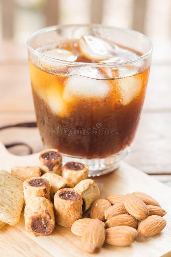 Стекло черного замороженного кофе с некоторой закуской стоковые изображения