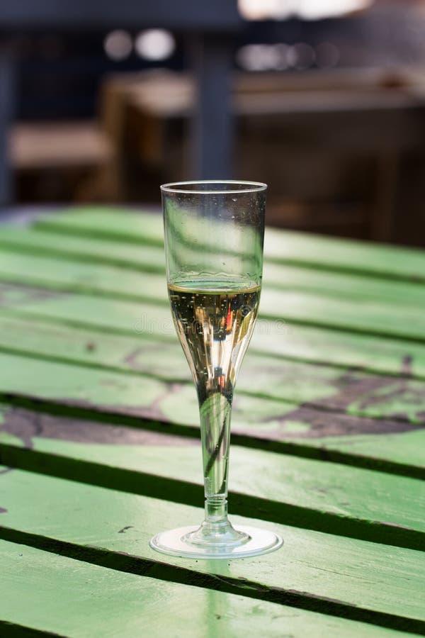 Стекло Шампани на покрашенной деревянной таблице стоковое фото rf