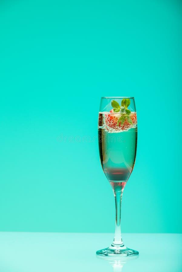 Стекло Шампани с клубникой, съемкой студии стоковые фото