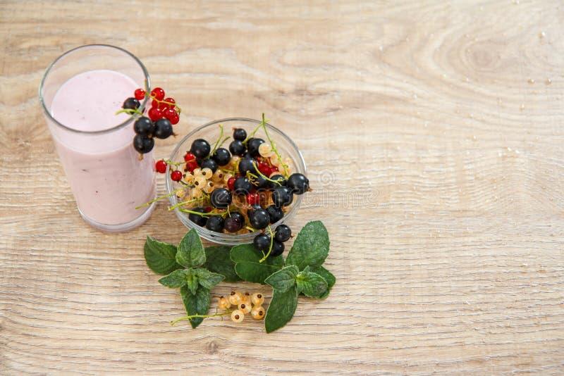 Стекло югурта смородины с свежими ягодами красной, черный, белый стоковые фотографии rf