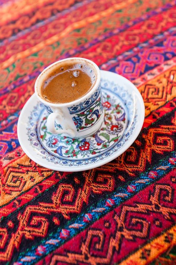 стекло espresso кофе cezve холодное как, котор служят малая турецкая вода стоковые изображения rf