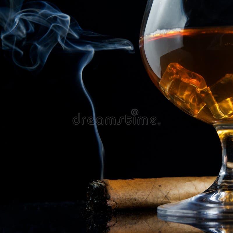 Стекло Snifter коньяка и сигары стоковое фото rf