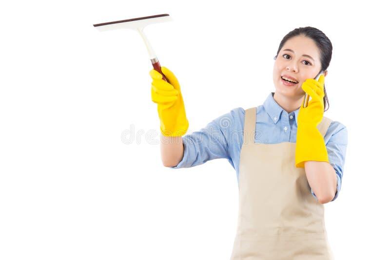 Стекло wipe девушки путем держать счищатель стоковая фотография