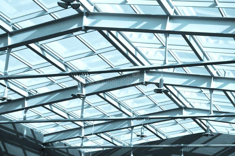 Стеклянная крыша в здании, под крышей Конструкции стекла и металла современного офисного здания с небом снаружи голубым стоковая фотография rf
