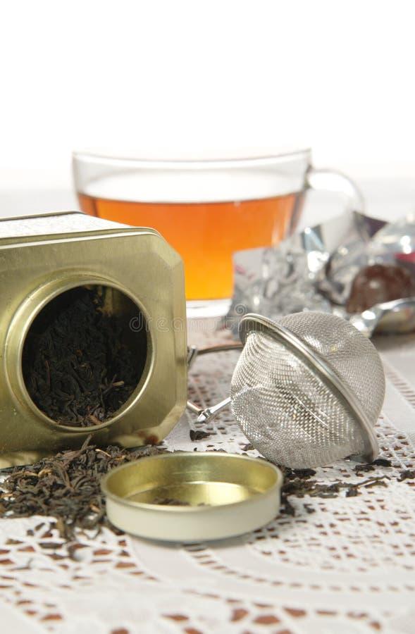 Стеклянная крышка чая и органического черного чая в чонсервной банке металла стоковое фото