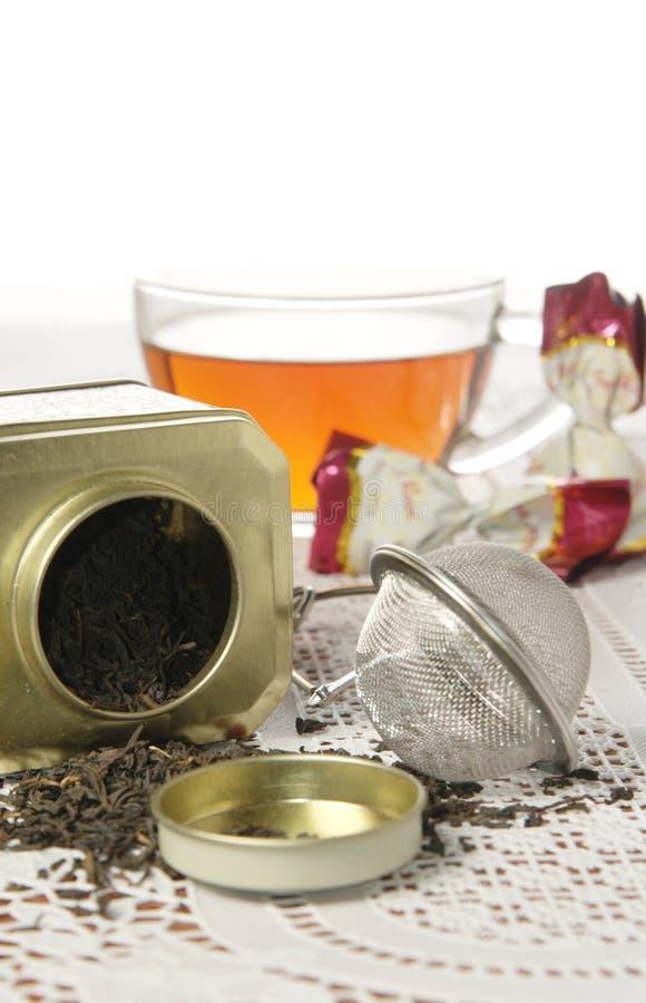 Стеклянная крышка чая и органического черного чая в чонсервной банке металла стоковая фотография
