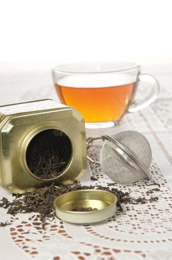 Стеклянная крышка чая и органического черного чая в чонсервной банке металла стоковые фотографии rf