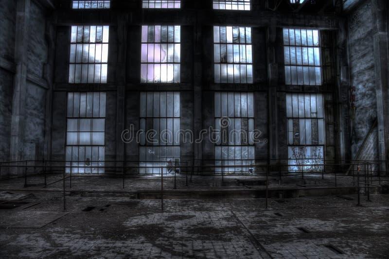 Стеклянная стена в покинутой станции ремонта ямы шахты trollay стоковое изображение