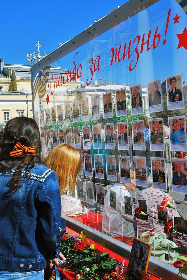 Стеклянная стена с фотоснимками ветеранов войны стоковая фотография rf