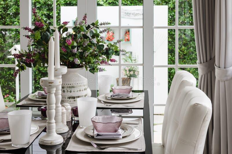 Стеклянная dinning таблица с стулом и цветком стоковая фотография rf