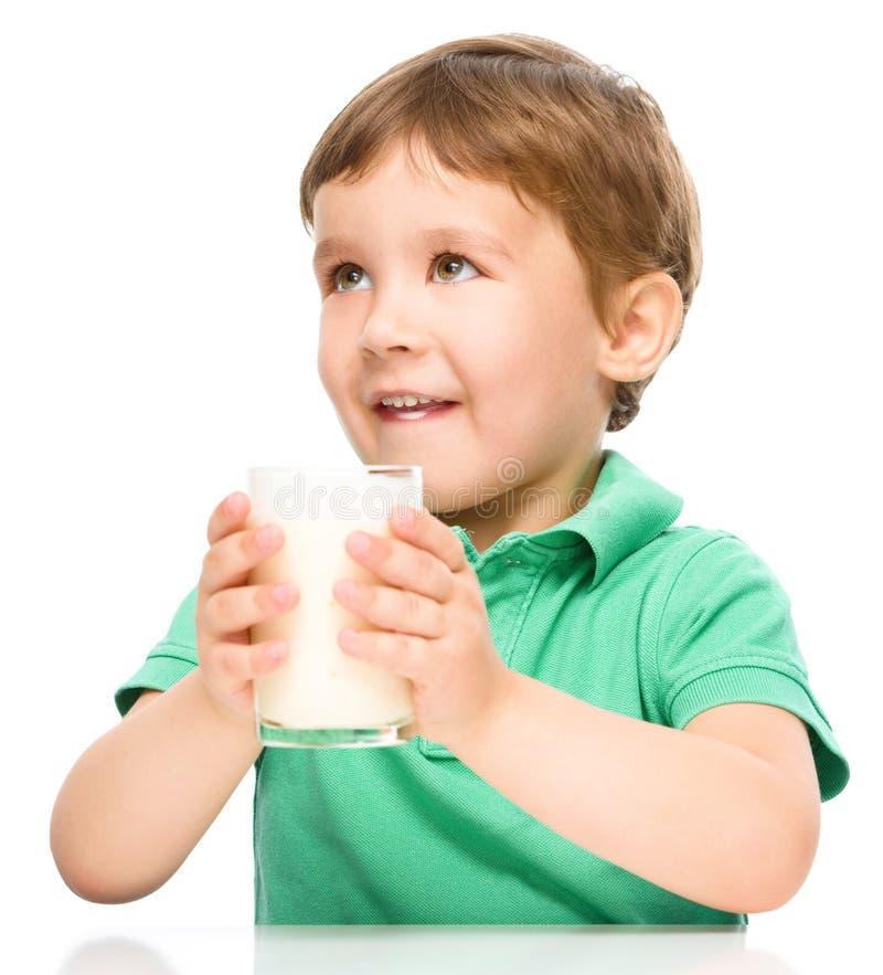 стеклянное мальчика милое меньшее молоко стоковая фотография rf