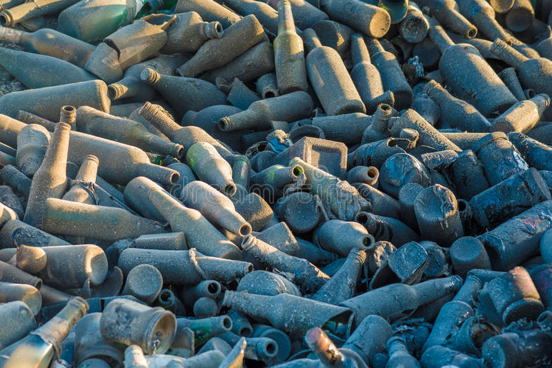 стеклянные бутылки на ненужном месте стоковая фотография