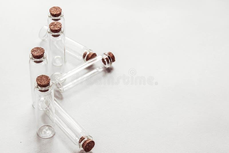 Стеклянные бутылки шарика для жидкостей стоковое изображение