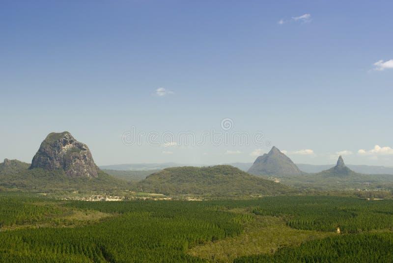 Стеклянные горы дома на побережье солнечности стоковые фото