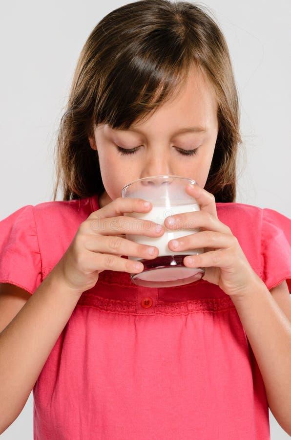 стеклянные детеныши молока малыша стоковое фото