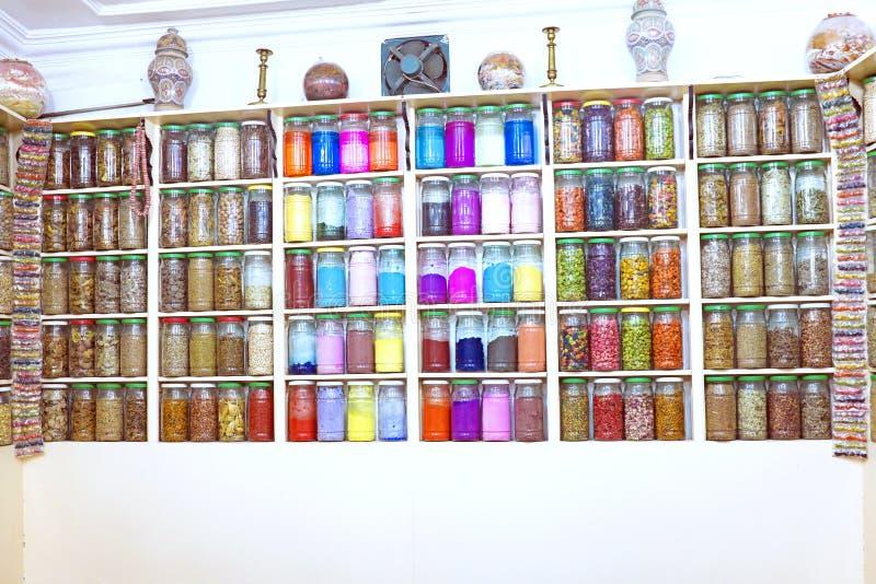 Стеклянные опарникы в морокканском магазине специи, Marrakesh стоковые фотографии rf