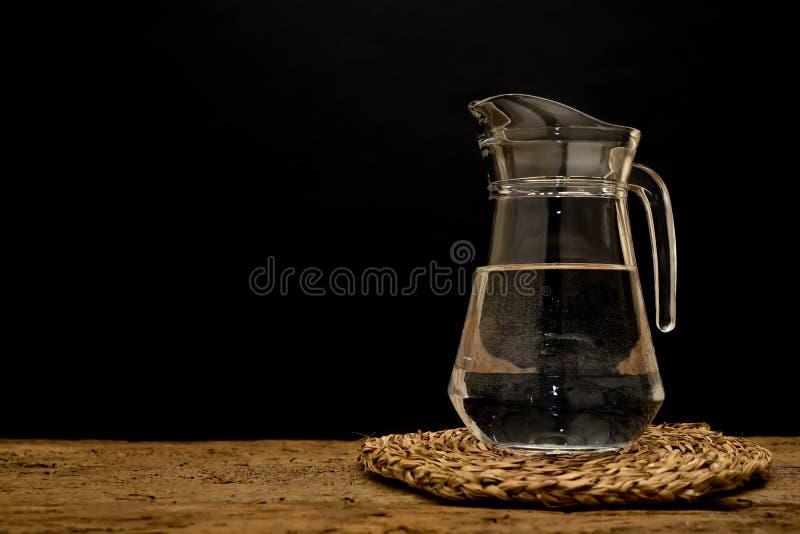Стеклянный кувшин с водой стоковое изображение
