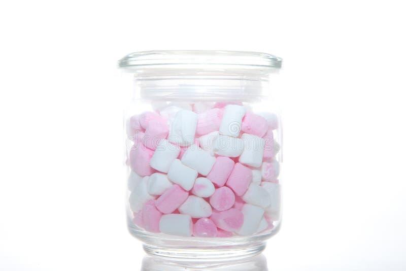 Стеклянный опарник розового и белого зефира стоковая фотография