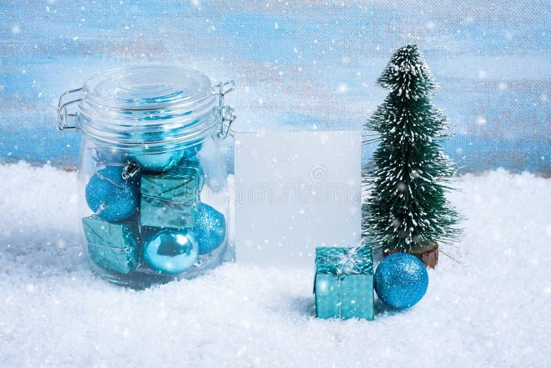 Download Стеклянный опарник с украшениями, подарком и бумагой рождества для текста Стоковое Фото - изображение насчитывающей снежок, бело: 81803320