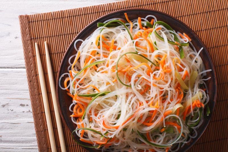 Стеклянный салат лапши с концом-вверх огурца и моркови горизонтально стоковая фотография rf