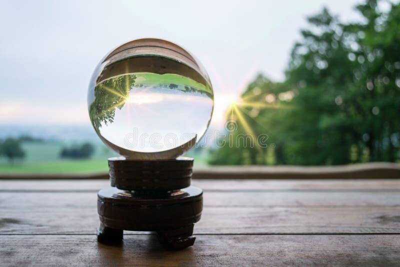 Стеклянный шарик в солнечном свете стоковая фотография