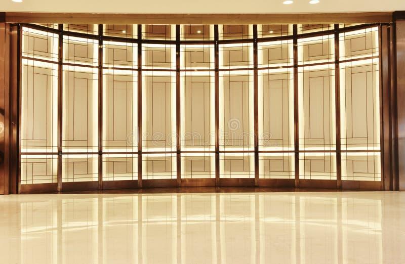 Стена алюминиевого сплава стеклянная и свет приведенный стоковые фото