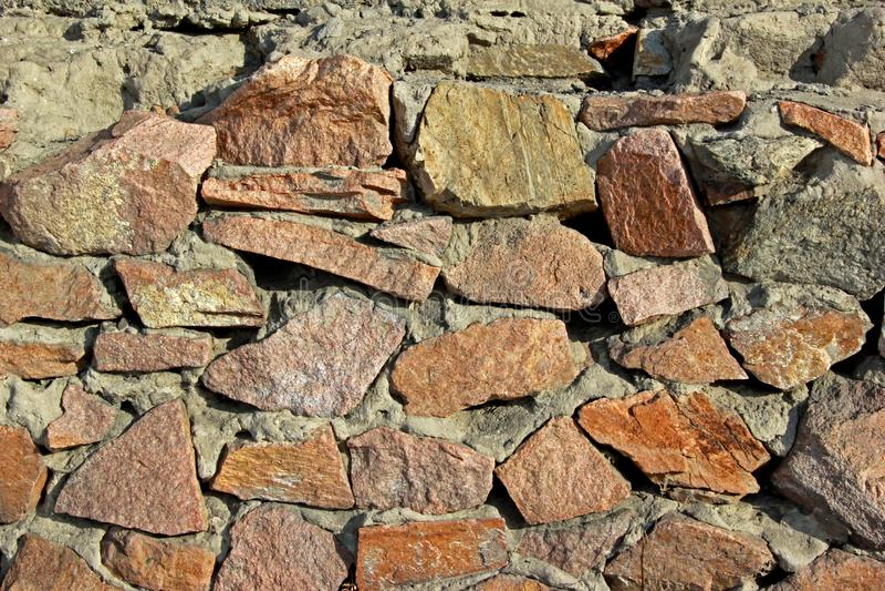 Текстура предпосылки Стена больших камней, загоренная по солнцу стоковые изображения rf