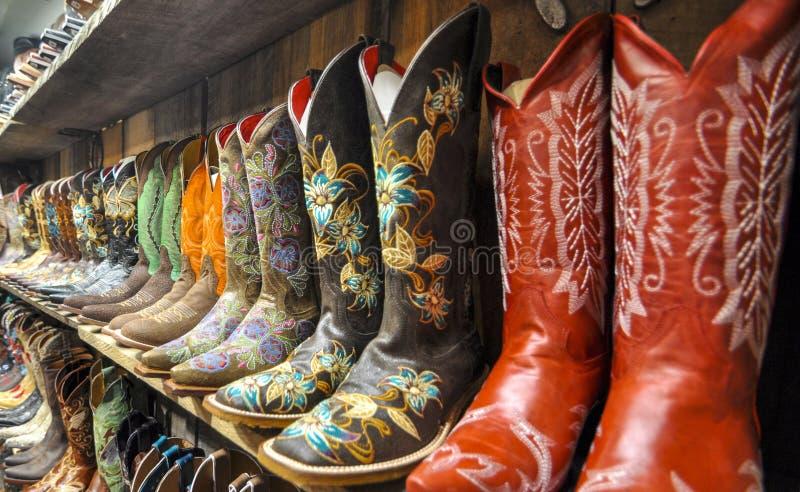 Стена ботинок ковбоя стоковое фото