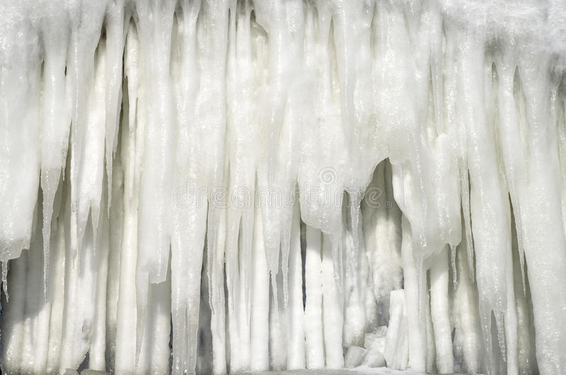 Стена больших сосулек от шторма в зиме в солнечном дне, Bulgari стоковое изображение