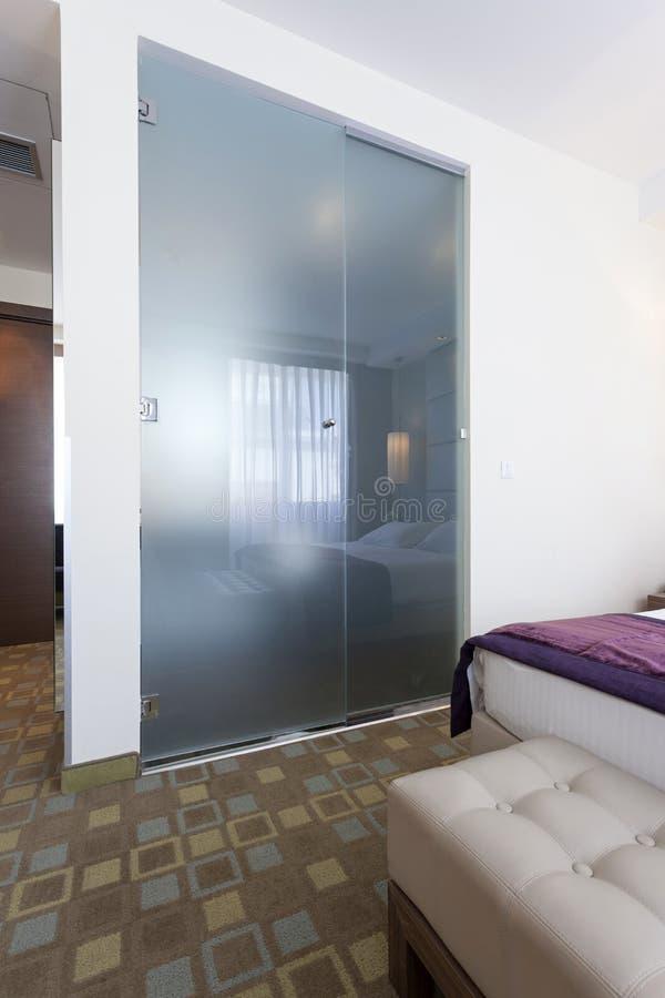 Стена ванной комнаты стеклянная в гостиничном номере стоковое фото rf