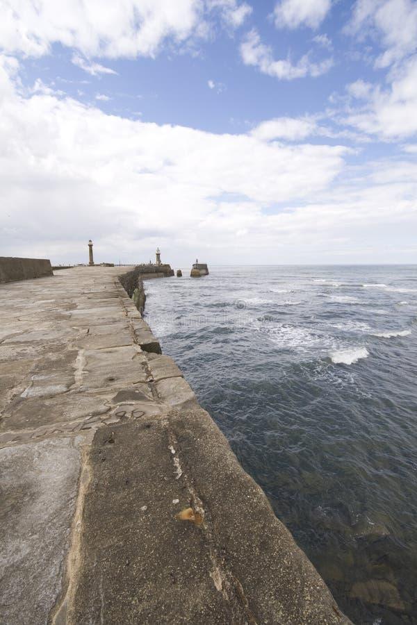 стена взгляда моря гавани whitby стоковые фото
