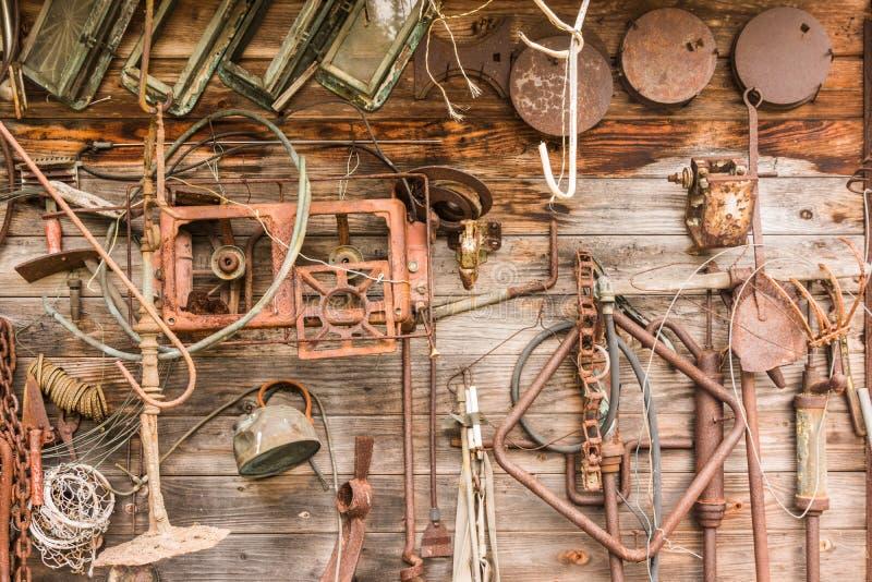 Стена винтажных инструментов стоковые фото