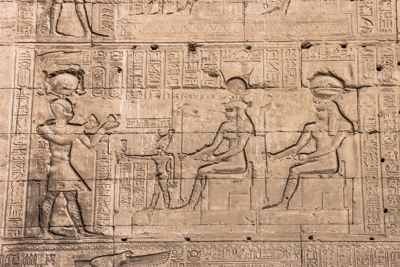 Стена виска Hathor на Dendera стоковое фото