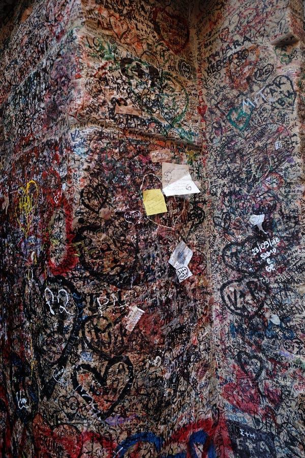 Стена вполне сообщений от любовников в доме Juliet в Вероне стоковые фото
