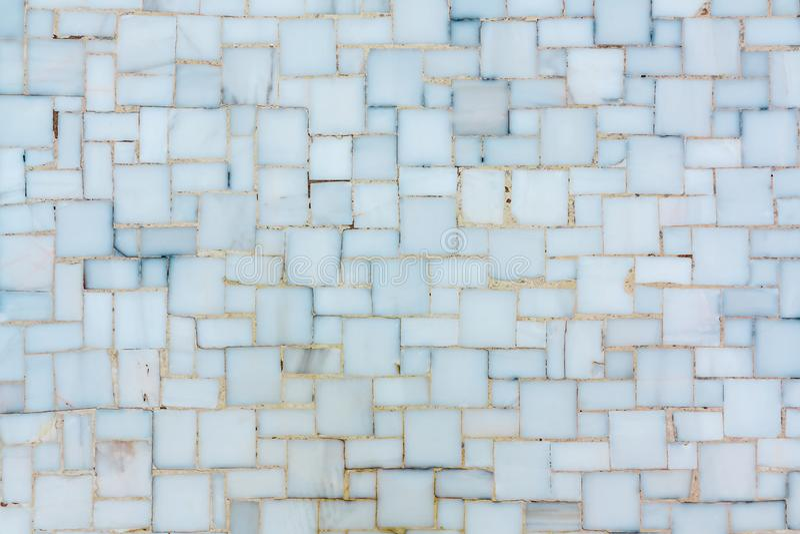 Стена выровнянная с небольшими яркими керамическими или мраморными плитками, текстурой стоковые изображения rf