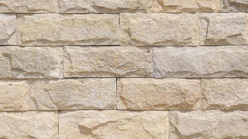 Стена выровнянная с слябами известняка стоковые изображения