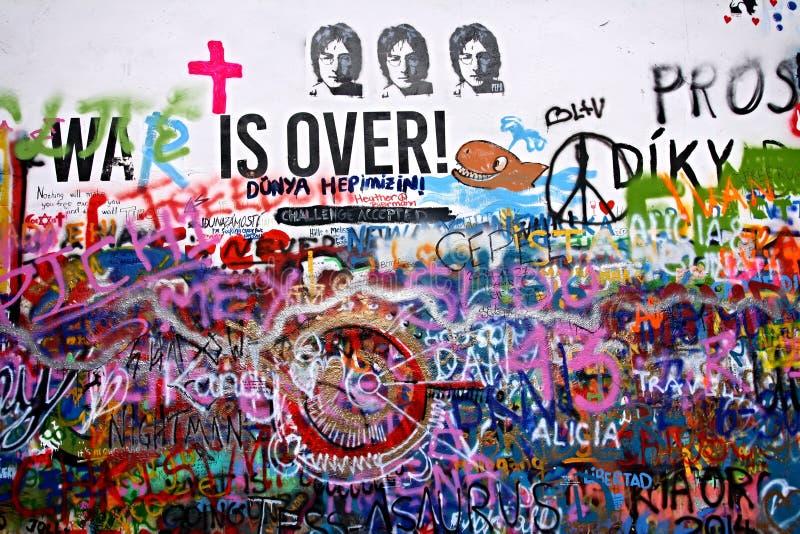 Стена в меньшем городке Праги, который Lennon ссылка к певице Джон Леннон от 70's XX века там inscrip стоковые изображения