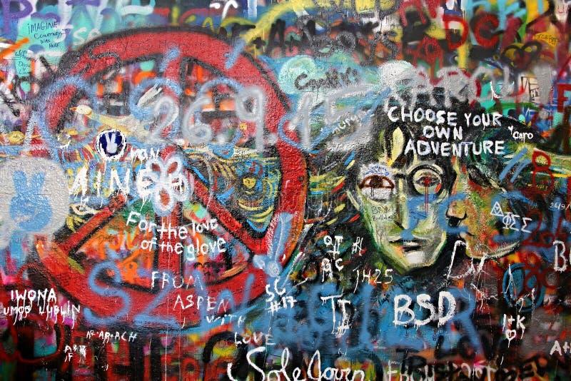Стена в меньшем городке Праги, который Lennon ссылка к певице Джон Леннон от 70's XX века там inscrip стоковое фото rf