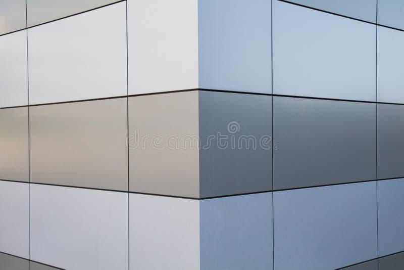 Стена в металле с геометрической картиной и симметричное стоковые фотографии rf