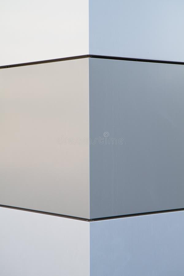 Стена в металле с геометрической картиной и симметричное стоковое изображение