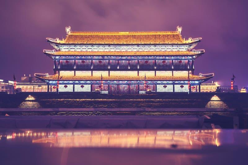 Стена города Xian и старая башня на ноче, Китай стоковое изображение