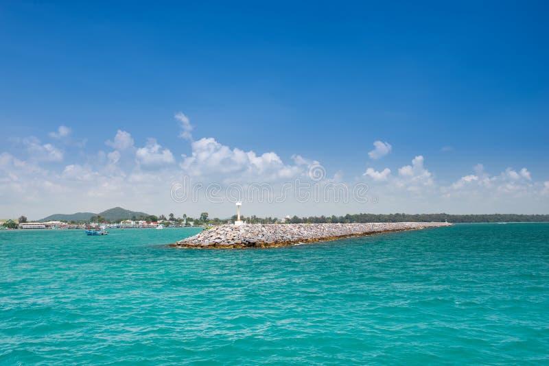 Стена гранита на побережье стоковые фото